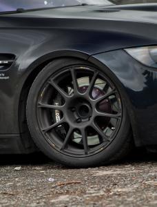 Typische Tracktool-Kombination: Upgrade-Bremsanlage hinter leichtgewichtigen Felgen mit Sportbereifung.