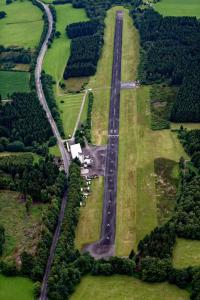 Flugplatz Meinerzhagen und Landesstraße 306 links oben angeschnitten die Wupperquellen FFSW-0912(2)