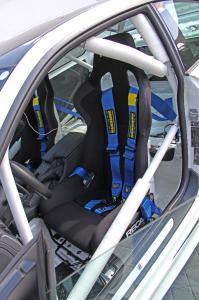 Für Seitenhalt und Sicherheit: Schalensitze mit 6-Punkt-Gurten inmitten eines Überrollkäfigs.