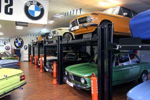 """Weitere Informationen gibt es direkt bei:Michael CahselBenzweg 5 - 732584 LöhneTel.: 0 57 32 / 976 8000Fax: 0 57 32 / 976 80 01Mobil: 0171 / 213 32 90E-Mail: info@cahsel.deInternet: www.cahsel.de48JUBILÄUM20 Jahre Michael Cahsel-BMW 02 Spezialistihrem Erstbesitzer in den Jahren 1974 und1975 beim 24-Stunden-Rennen auf demNürburgring eingesetzt und sah bei beidenLangstreckenrennen sogar die Zielflagge.Nach den notwendigen Reparatur- und Renovierungsarbeitendes damaligen Besitzersfand der Wagen anschließend den Weg zurückin den Straßenverkehr – und schließlichin Michael Cahsels Sammlung.Als Dekoration hortet Michael Cahsel inseinem 02-Wohnzimmer zudem unzähligeOriginalteile und Accessoires rund um den02 und dessen zeitgenössische BMW-Brüder:von original erhaltenen Pannenpaketen überSchneeketten und Leichtmetallfelgen bishin zu Innenausstattungen, die zur Sitzgruppezusammengestellt wurden.Offen für jedermannZu verstecken hat Michael Cahsel übrigensnichts: """"Nach Absprache kann jedermanngerne hierher kommen und die Fahrzeugebesichtigen"""", erklärt der 02-Papst. Wer einmalin der Nähe ist, dem können wir einen Besuchdes 02-Spezialisten nur empfehlen!Der im Bestzustand erhaltene Alpina A3 in""""Chamonix""""-Lackierung ist für Kenner einabsolutes Sahnestück.Über einem 2002 tii in Taiga aus erster Hand mit nur50.000 km steht ein 2002 ti in seltenem Colorado."""